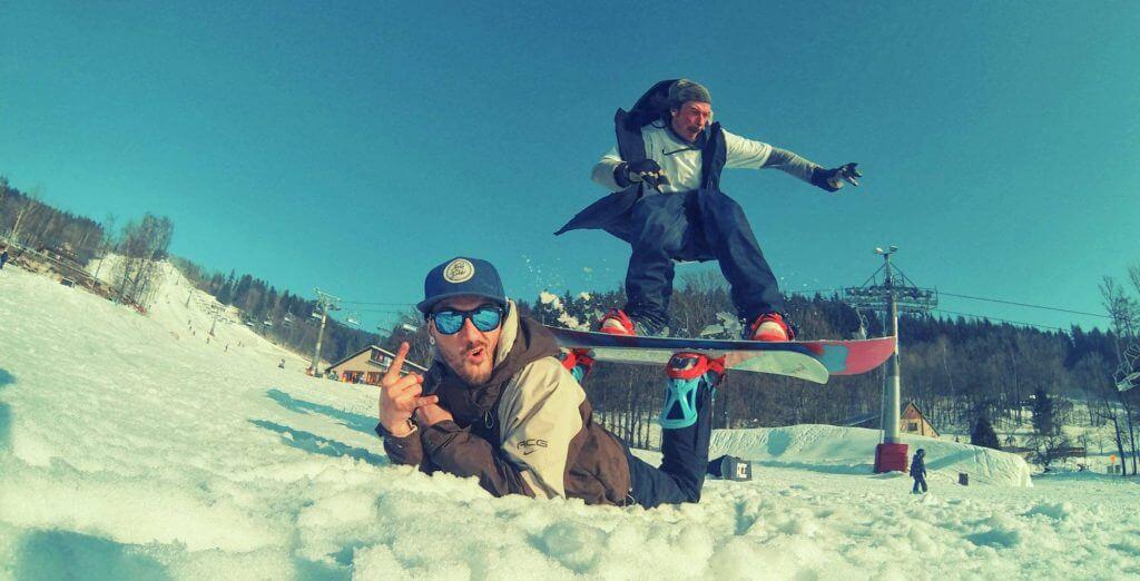 Snowboardista jízdí na Snowboard.
