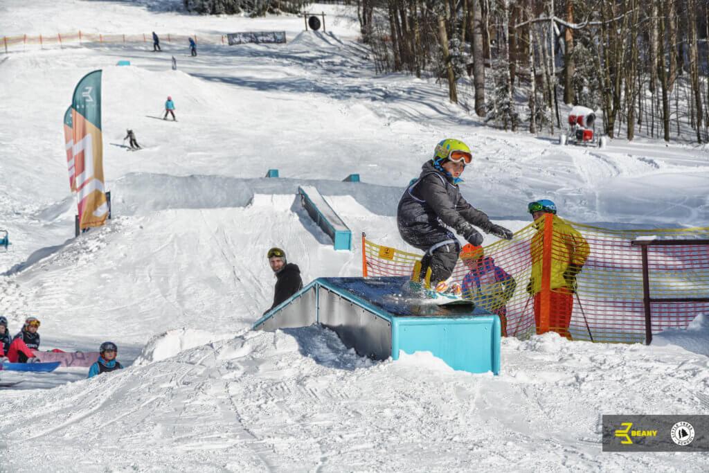 Dítě grind box beany snowboard camp little trees school