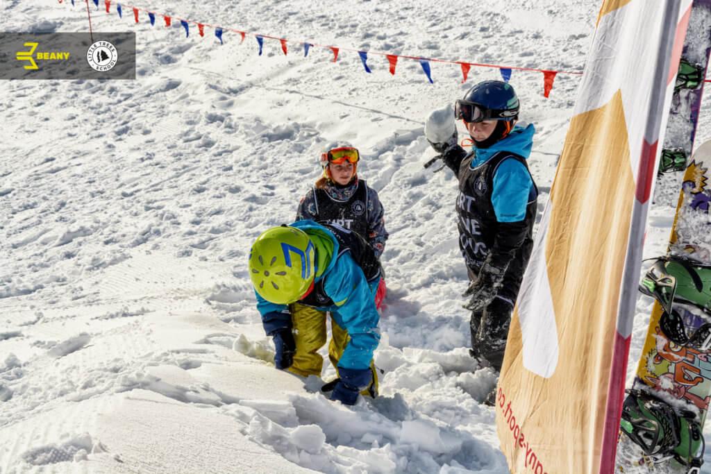 Hrající děti na Beany Snowboard Campu