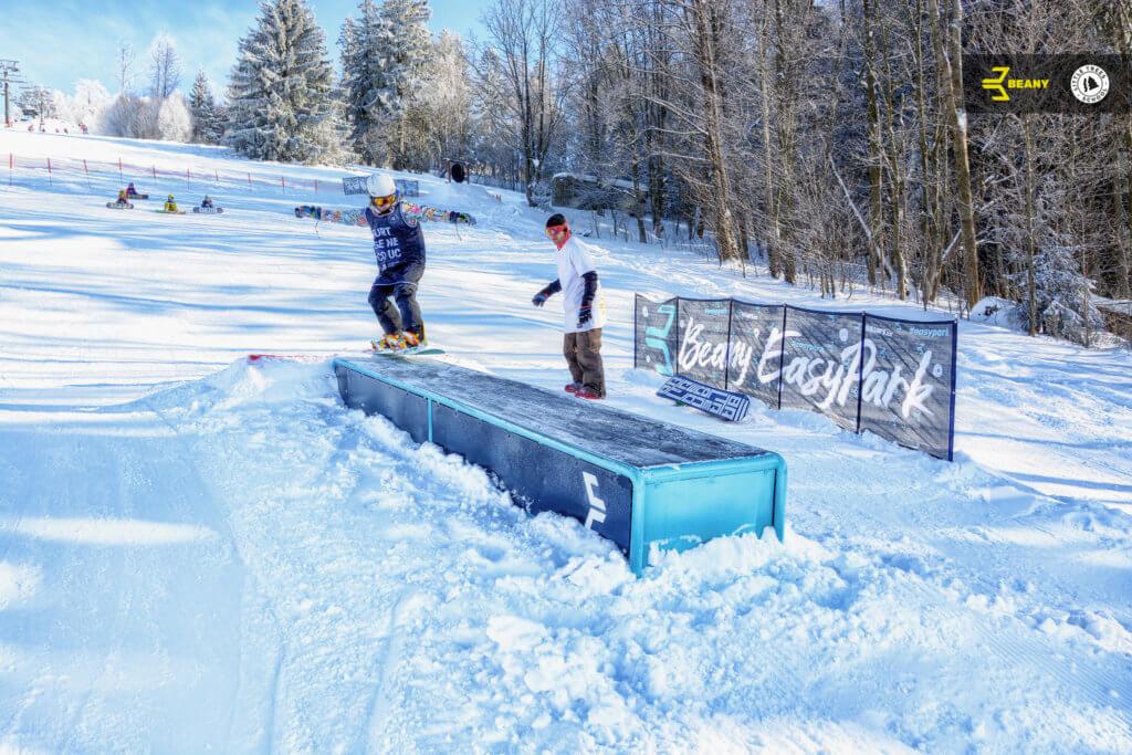 Snowboardista grind na box na Beany Snowboard Campu