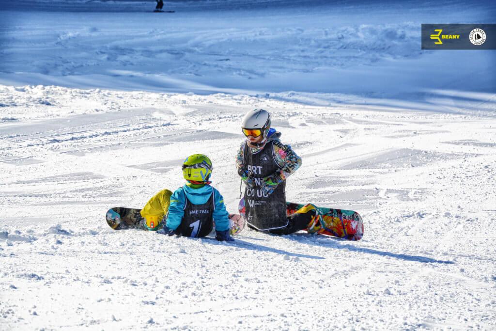 Děti odpočívají na Beany Snowboard Camp