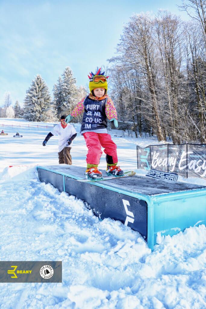 Dítě snowboardista backside grind box little trees snowboard school