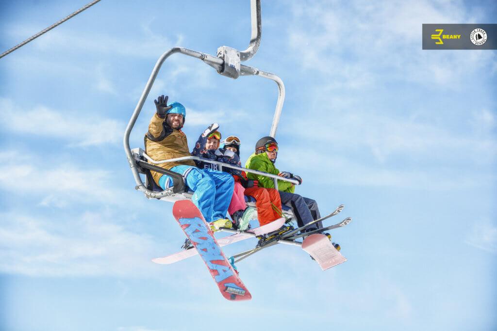 účastníci snowboard campu jedou na lanovce Kejnos Benecko