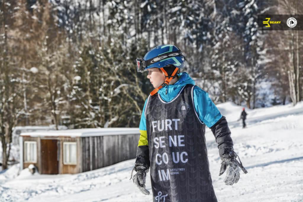 Snowboardista v dresu furt se něco učím od little trees snowboard škola