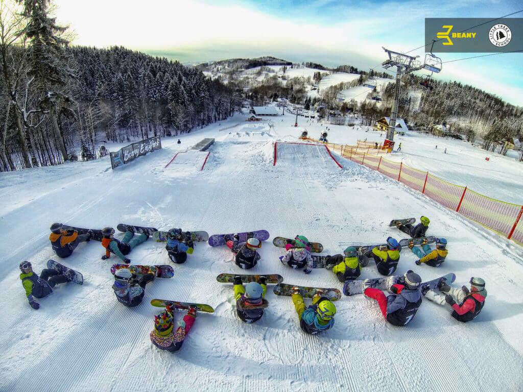 Děti na snowboardovém kempu Little Trees Snowboard School