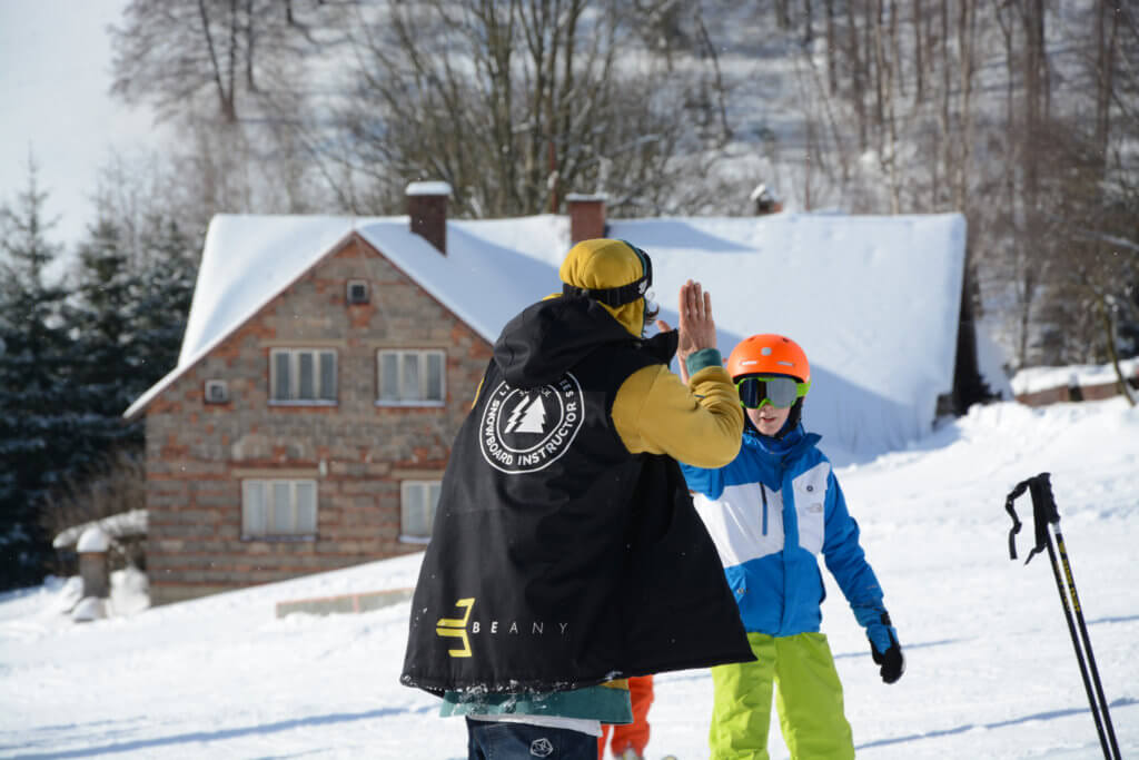 High five s instruktorem Little Trees Snowboard škola