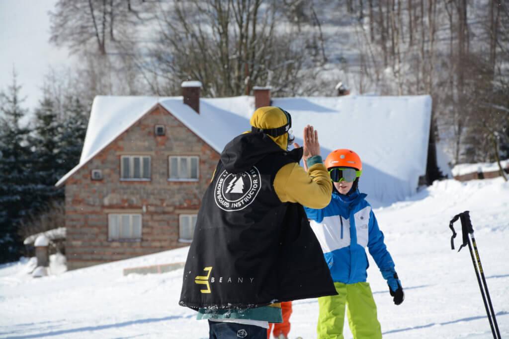 High five s instruktorem Little Trees Snowboard škola