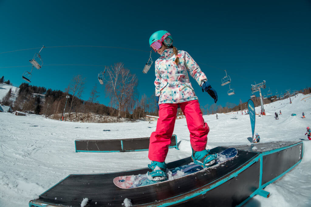 Grind box rovně dolu snowboardistka na Beany Snowboard Campu