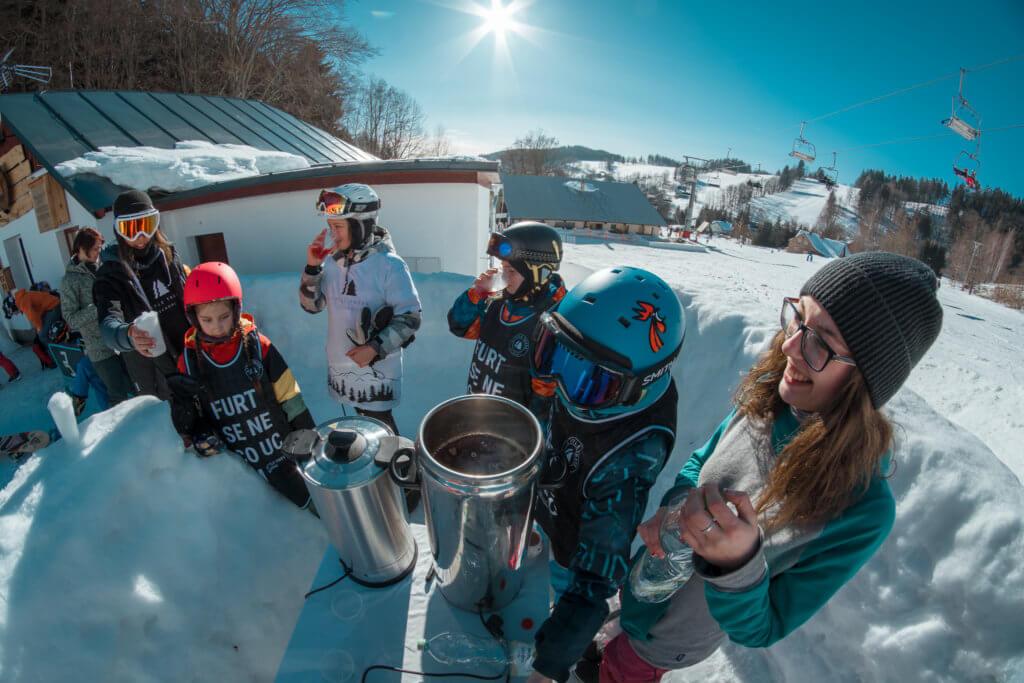 pití čaje na snowboard kempu na sjezdovce Kejnos Benecko