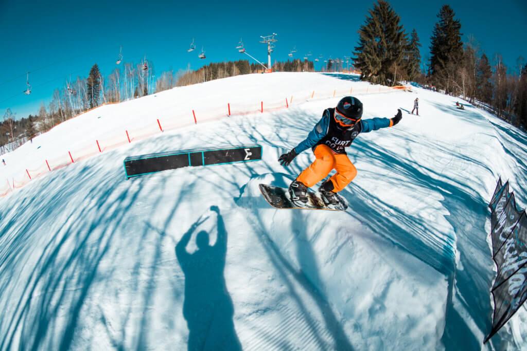 Snowboarder skáče na skoku v Easy Snowparku